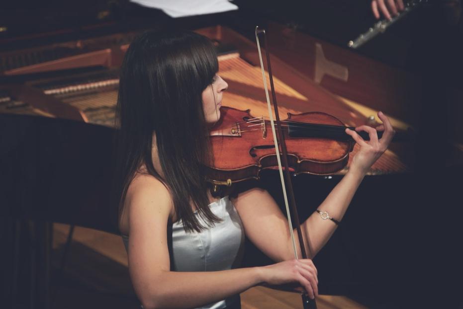 kobieta grająca na skrzypcach