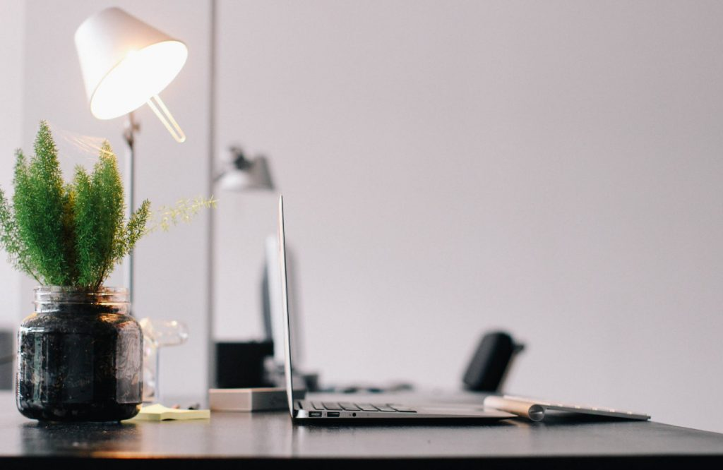oświetlenie w przestrzeni pracy