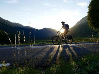 osoba-na-rowerze-w-trasie